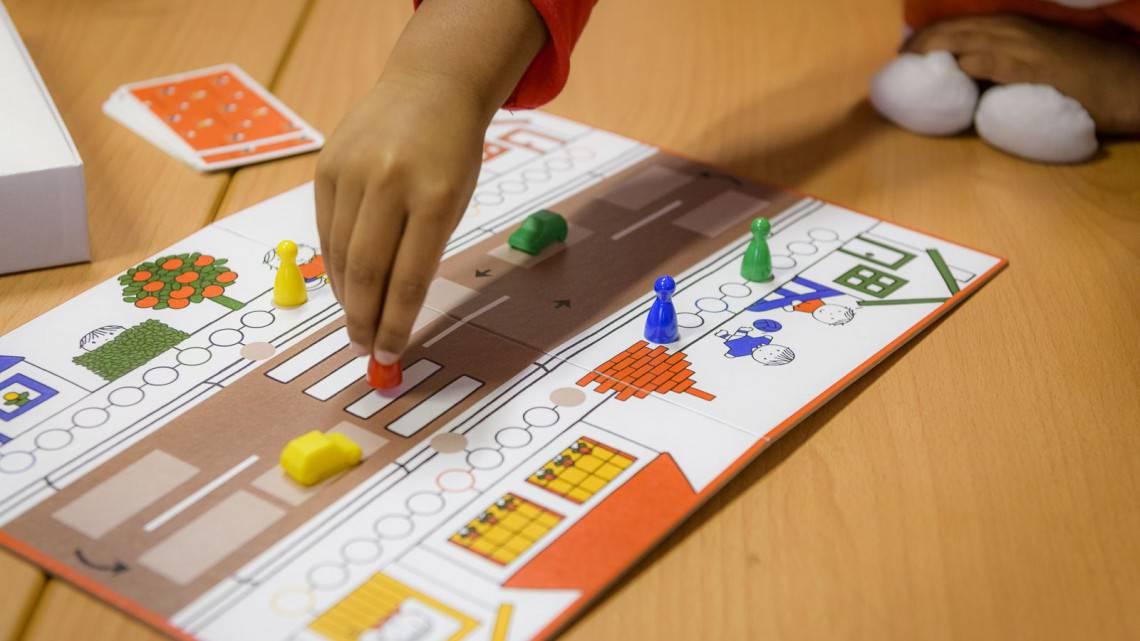 Verkeersspel thema verkeer thuis oefenen met kleuters en peuters leren door een spelletje te spelen over het verkeer oversteken stoppen bij stoeprand en vervoersmiddelen herkennen Dick bruna van nijntje spel
