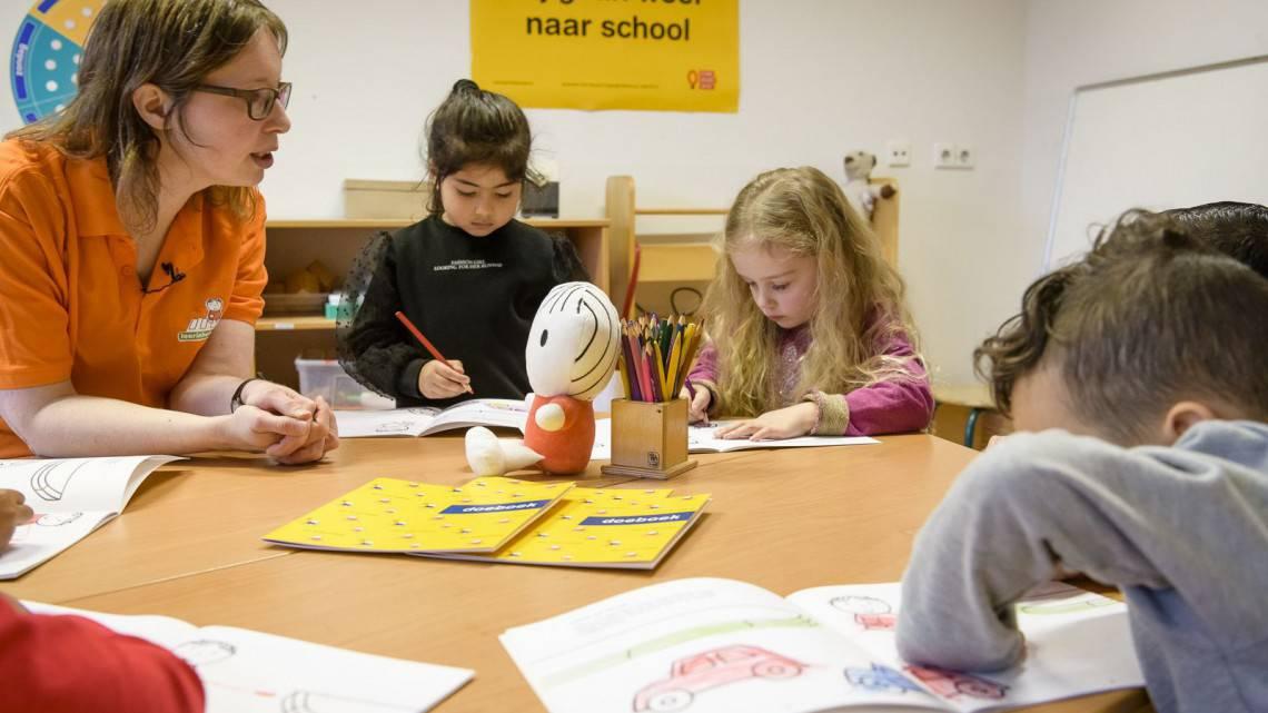 Doeboekjes oefeningen met spelletjes dick bruna van nijntje thema verkeer kleurplaat knutselwerkje tekenen kleuters en peuters oefenen verkeersregels thuis met ouders en spelen een spelletje