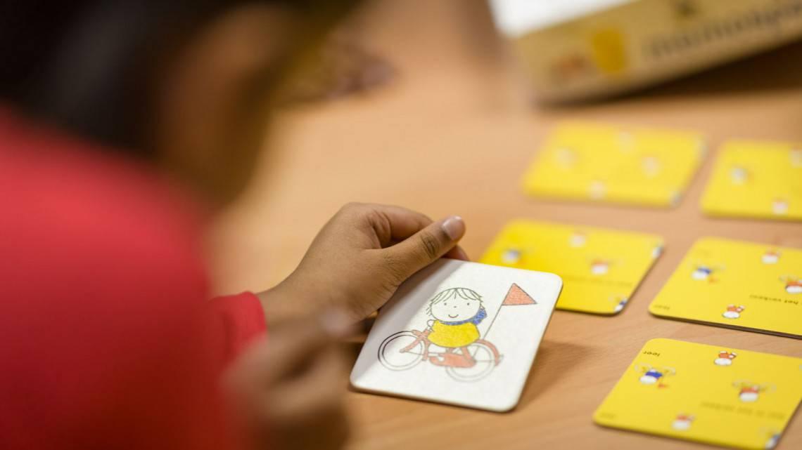 Memory spelen met kleuters en peuters terwijl je verkeersregels oefent thema verkeer thuiseducatie thuis scholing met kleine kinderen spelletje spelen Dick Bruna van nijntje verkeersspel
