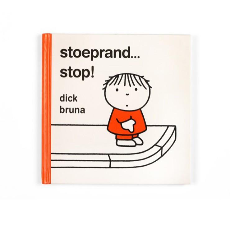 Voorleesboekje Dick Bruna van nijntje stoeprand stop boekje voor kleuters en peuters voor verkeerseductie om jonge kinderen verkeersregels te leren en thuis of in de klas te oefenen met oversteken en verkeersborden van nijntje te leren herkennen