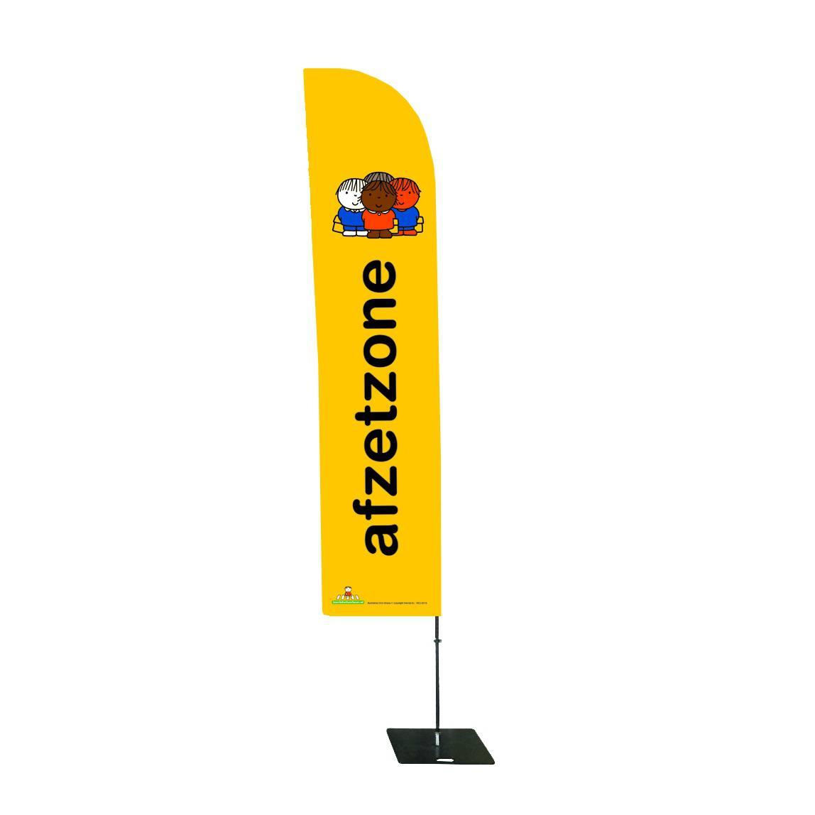 Gele vlag die neer kan zetten om aan te geven waar kinderen moeten verzamelen voor de school of de ingang van een voetbalclub of hockeyclub zodat ouders kind kunnen overdragen aan trainer leerkracht of begeleider