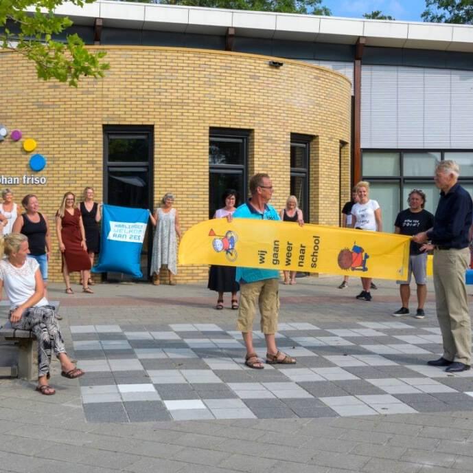 foto joachim de Ruijter Beachflag Dick Bruna campagne 'wij gaan weer naar school' bekend van nijntje verkeersveiligheid kinderen in gemeente Harlingen