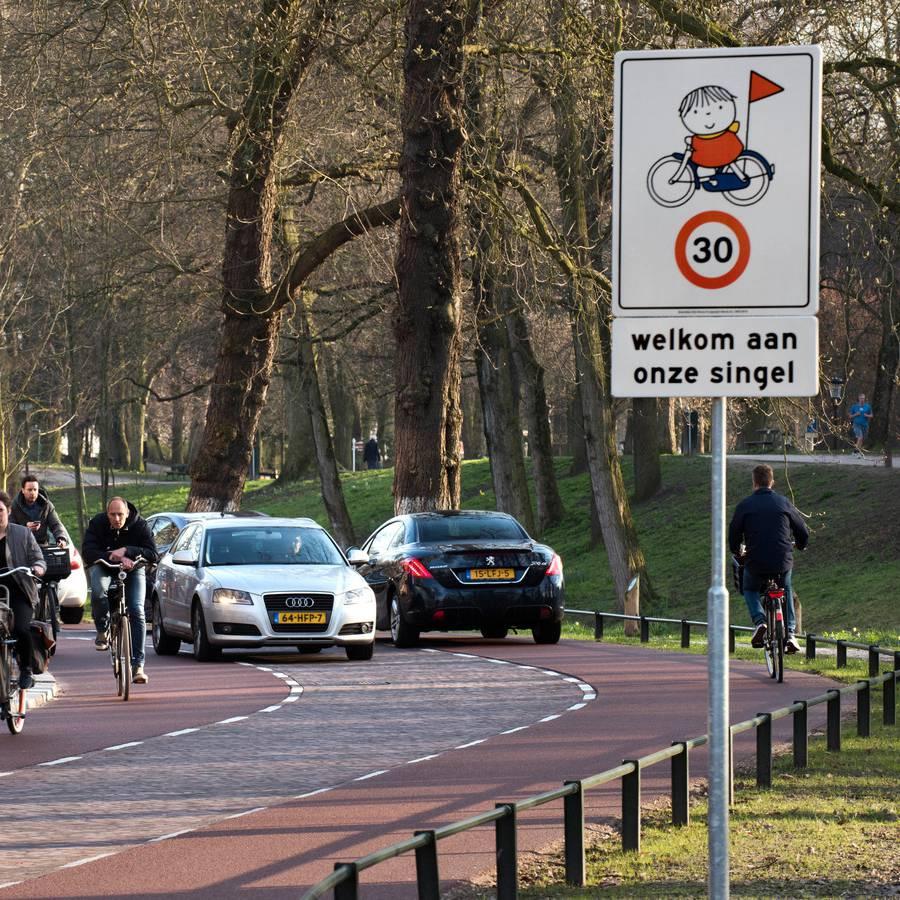 Verkeersbord Maliensingel Utrecht Dick Bruna van nijntje met fietser kind en vlaggetje en snelheidsaanduiding 30 kilometer snelheid om weggebruikers zoals automobilisten te wijzen op kinderen in het verkeer en bewust te maken dat ze langzamer gaan rijden