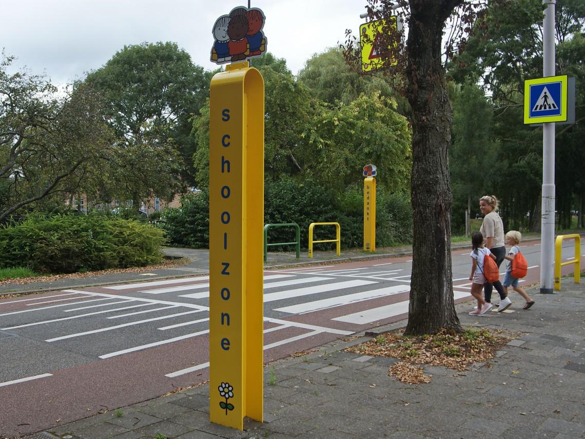 verkeer oefenen op straat met kleine kinderen dick bruna bekend van nijntje helpt kinderen verkeersregels leren in de praktijk peuters en kleuters in het verkeer oversteken bij zebrapad en stoppen bij stoeprand links rechts kijken