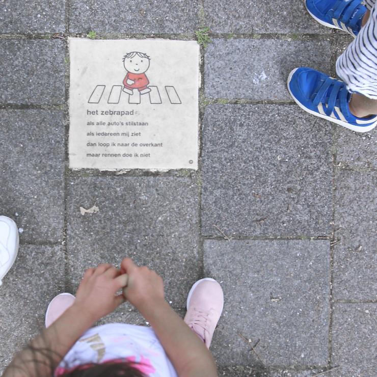Stoeptegel met versje van nijntje van dick bruna van leer in het verkeer uit het boekje stoeprand stop kinderen herkennen het plaatje uit de klas waar ze verkeersles hebben gehad met verkeerseducatie les