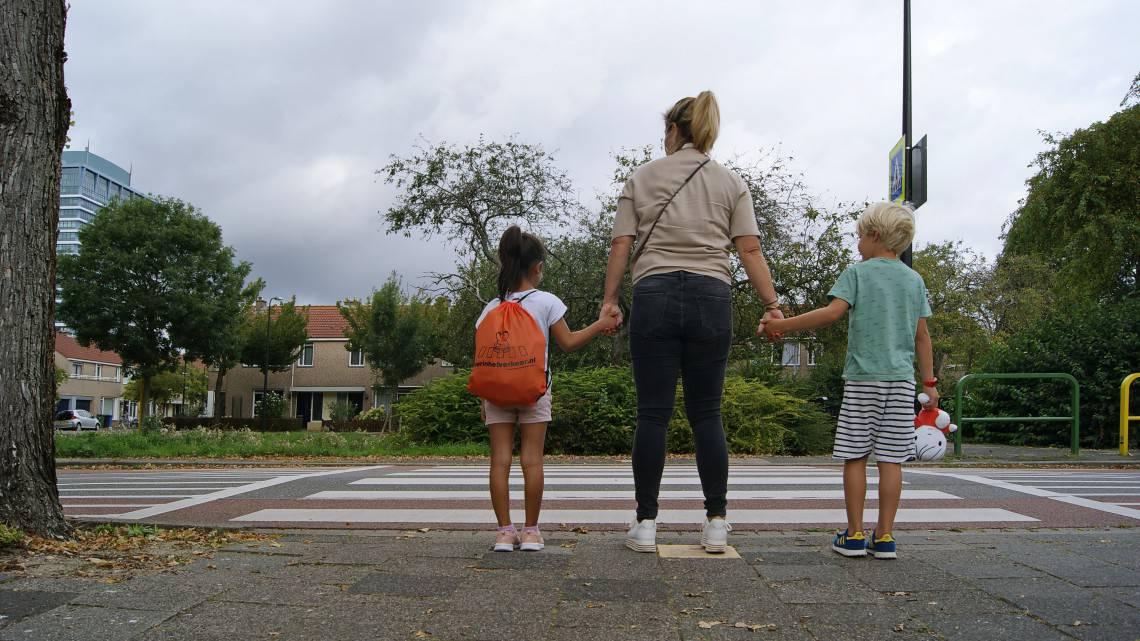 Thuis en op straat verkeer oefenen met kleuters en peuters tijdens een wandeling verkeersregels in praktijk oversteken zebrapad verkeersles voor thuis ouders geven thuis educatie thema verkeer