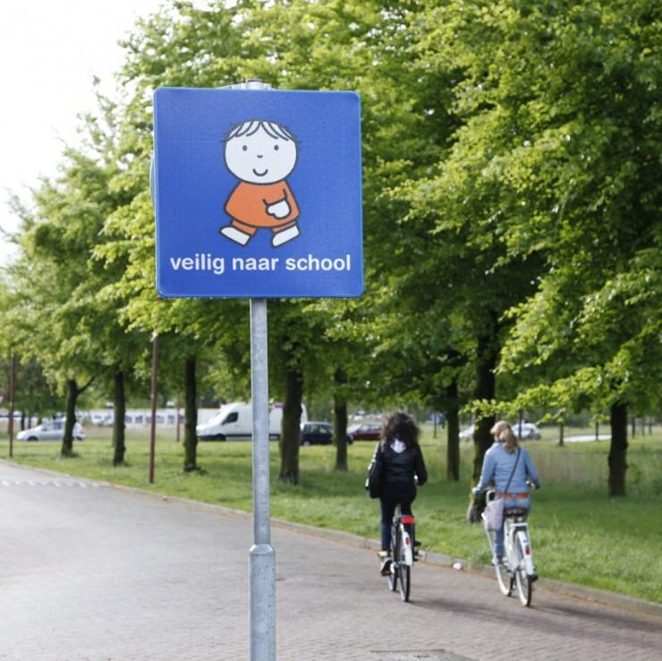 Dick Bruna nijntje verkeersbord voor route naar school rondom scholen en schoolzones om kinderen veiliger naar school te laten gaan en ze de verkeersregels te leren blauw bord met joep