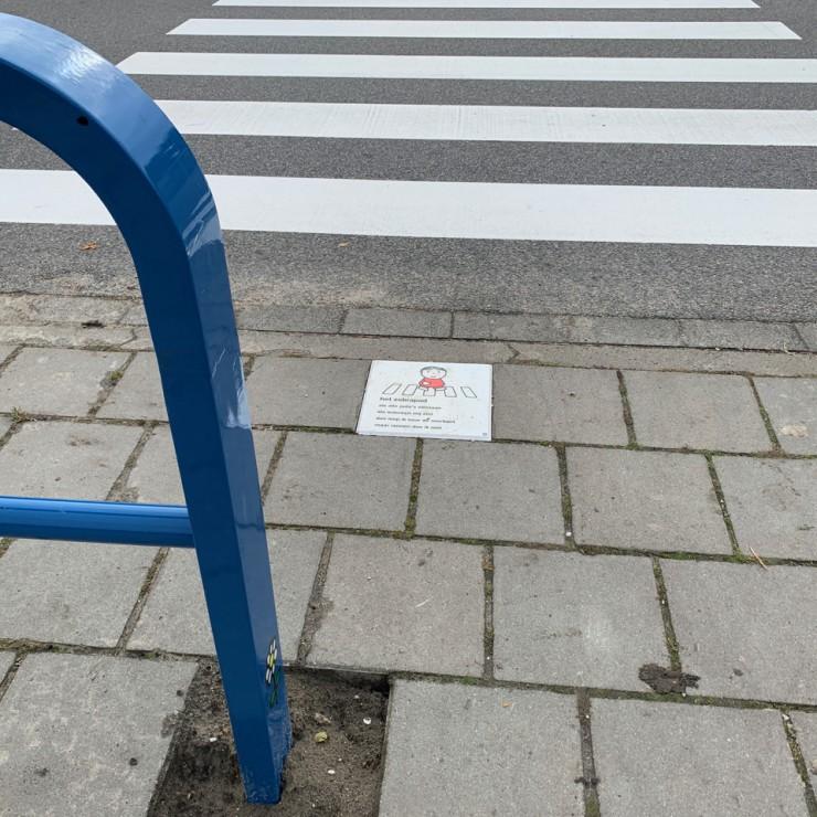 Dick Bruna van nijntje afzetbeugel afzethekje verkeerszuil verkeerspaal met afbeelding joep gele paal om schoolzone en schoolomgeving mee aan te duiden en markeren ronde venen kinderen en verkeersveiligheid veilige schoolomgeving oversteken
