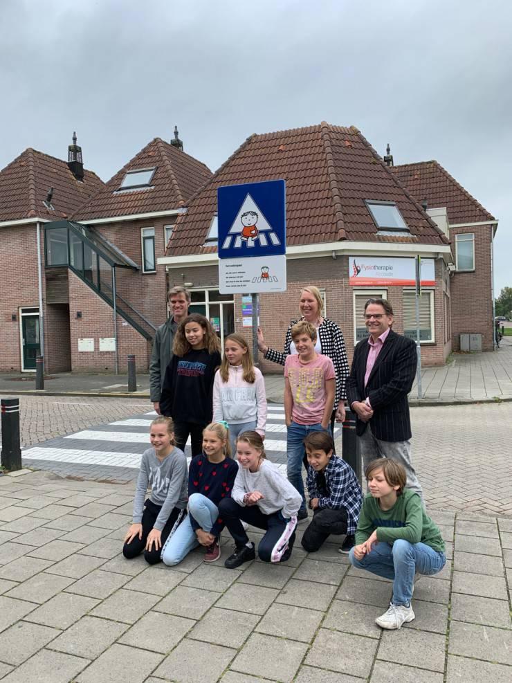 Dick Bruna van nijntje lesbord verkeersbord Piet Mondriaanschool  joep gele paal om schoolzone en schoolomgeving mee aan te duiden en markeren ronde venen kinderen verkeersveiligheid veilige schoolomgeving