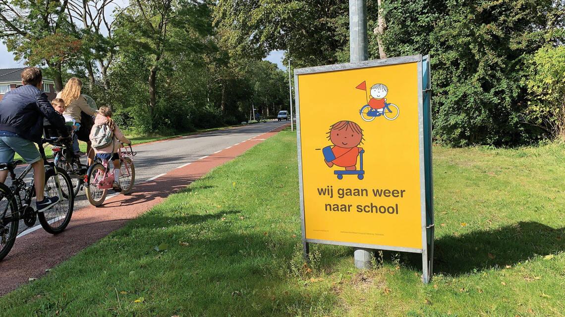 Driehoeksbord met posters | Campagne 'wij gaan weer naar school' | Leer in het Verkeer