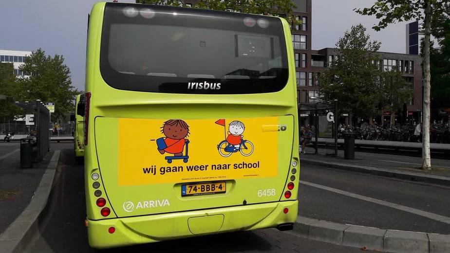 Campagne wij gaan weer naar school dick bruna nijntje bussticker busreclame begin van schooljaar start opletten op kinderen die fietsen en lopen naar school verkeersveiligheid rondom scholen in schoolzones voorkomen ongelukken fietsende kleuters peuters