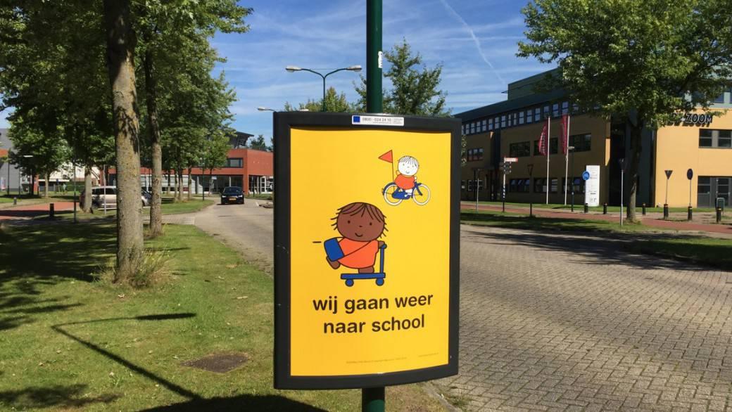 Campagne wij gaan weer naar school dick bruna nijntje posters op straat aan begin van schooljaar start opletten op kinderen die fietsen en lopen naar school verkeersveiligheid rondom scholen in schoolzones voorkomen ongelukken fietsende kleuters peuters