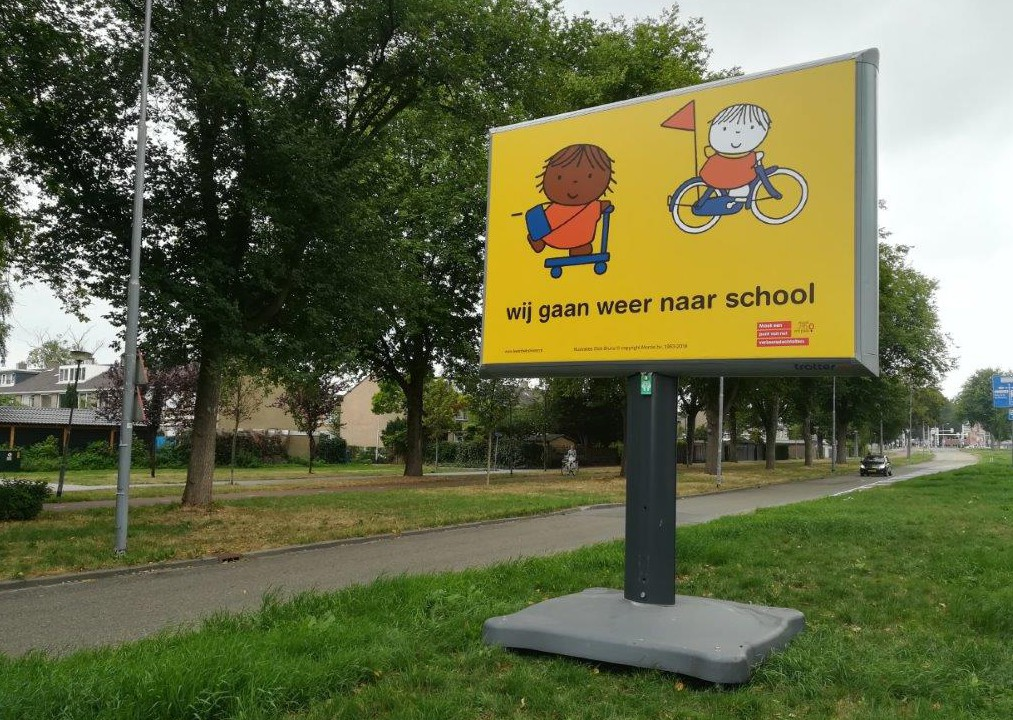 start schooljaar scholen weer zijn begonnen trotter verkeersveilig campagne wij gaan weer naar school weggebruikers automobilsten worden hiermee gewezen op hun rijgedrag en de aanwezigheid van kinderen in het verkeer schoolomgeving schoolzone bilboard