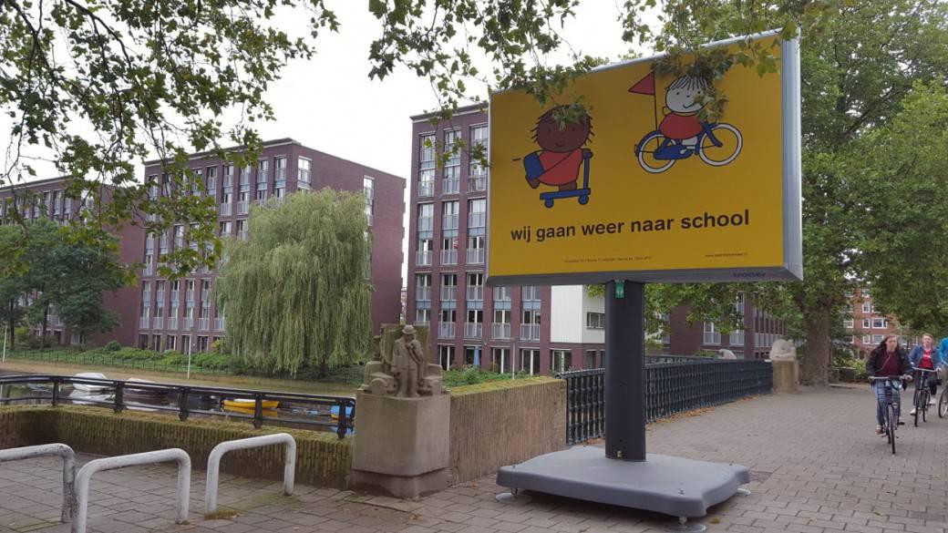 Campagne wij gaan weer naar school dick bruna Nijntje trotter bilboard reclamezuil begin schooljaar start opletten kinderen die fietsen en lopen naar school verkeersveiligheid rondom scholen in schoolzones voorkomen ongelukken fietsende kleuters peuters