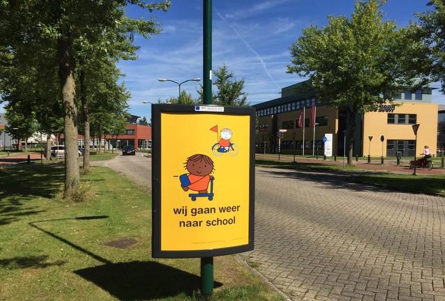 start schooljaar scholen weer zijn begonnen trotter verkeersveilig campagne wij gaan weer naar school weggebruikers automobilsten worden hiermee gewezen op hun rijgedrag en de aanwezigheid van kinderen in het verkeer schoolomgeving schoolzone poster