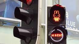 Tentoonstelling Dick bruna nijntje stoplicht verkeer in utrecht in woonwijken en schoolzones verkeersborden en straatborden met snelheid en fietser of step kinderen veiliger in het verkeer en weggebruikers bewust te maken van schoolgaande kinderen