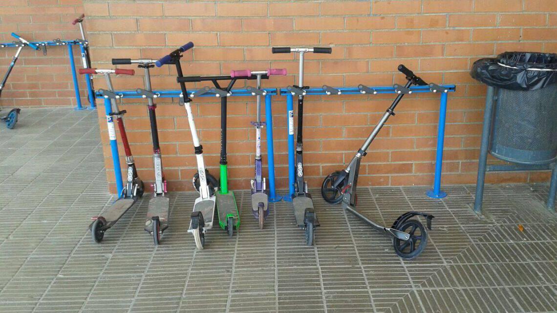 Tjinco Stepstalling gemaakt om stepjes te parkeren en te stallen op het schoolplein