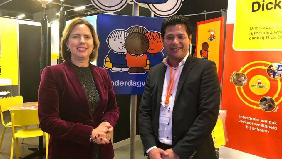 Minister Cora van Nieuwenhuizen bezoekt de stand van Leer in het Verkeer bekend van het Dick Bruna verkeersprogramma van nijntje en praat over verkeerseducatie verkeersles veiligheid rondom scholen en in woonwijken voor jonge kinderen in het verkeer