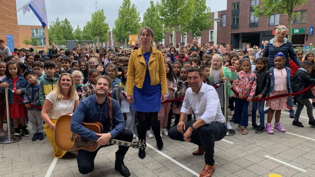 Tim Akkerman zingt campagnelied 'wij gaan weer naar school'