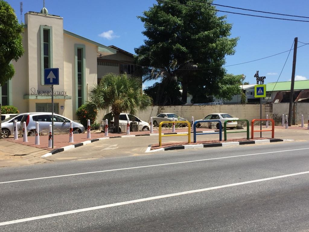 schoolzone suriname leer in het verkeer