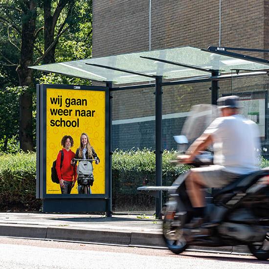 Abri in bushokjes en langs drukke wegen en op high traffic locaties Dick Bruna en middelbare scholen campagne voor start schooljaar schoolzone veilig kinderen en scholieren op straat in schoolomgeving na de vakantie