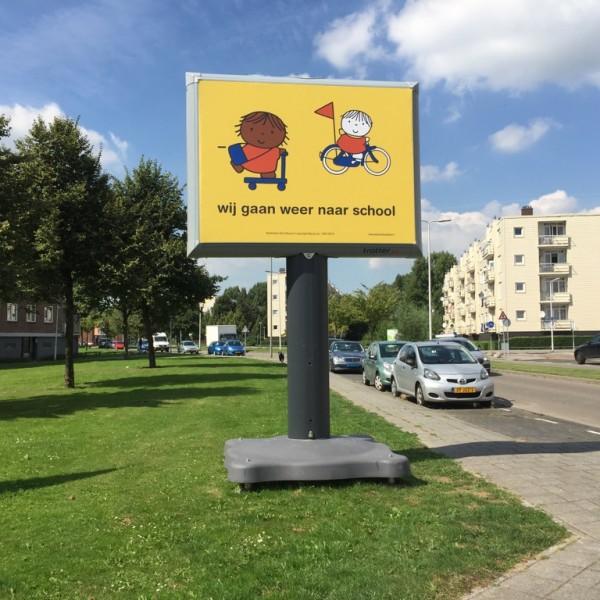 Trotter Dick Bruna wij gaan weer naar school campagne builboard of wel reclamezuil genoemd die mobiel is en bekend van de verkiezingen grote borden op straat op de weg verkeersveiligheid voor kinderen in de schoolzone of schoolomgeving na de vakantie