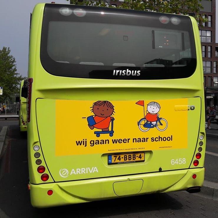 campagne 'wij gaan weer naar school' op bus en tram met behulp van de Dick Bruna illustraties worden automobilisten eraan herinnerd dat er na de vakantie meer kinderen in het verkeer zijn