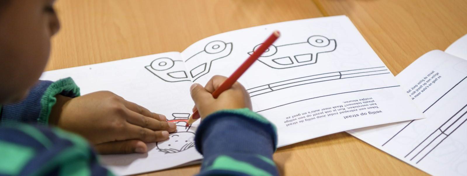 Lespakket verkeerslespakket verkeerseducatie verkeersles kleuters peuters leren kinderen over het verkeer en de gevaren hoe goed opletten bij oversteken met hulp van Dick Bruna tekeningen van nijntje leren in de klas met kleuren spelletjes oefenen spelen