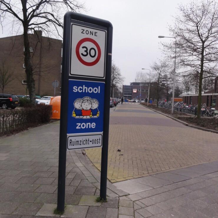 Attentiebord dick bruna verkeersbord veilig verkeer kinderen schoolzone schoolomgeving inrichting spelende kids fietsen gevaarlijk oversteken fietspad schoolplein speelplaats oversteken
