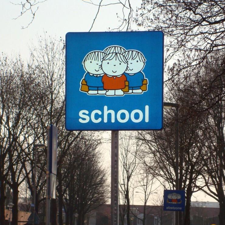 Attentiebord dick bruna verkeersbord veilig verkeer kinderen schoolzone schoolomgeving inrichting spelende kids fietsen gevaarlijk oversteken fietspad schoolplein speelplaats oversteken reflecterend lichtgevend