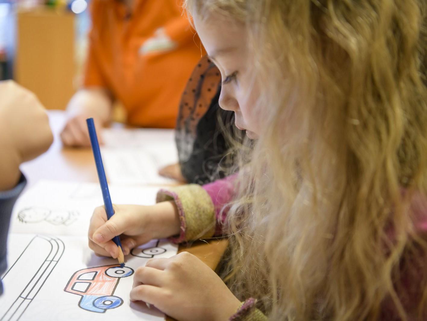 Verkeersles of verkeerseducatie voor peuters en kleuters met Dick Bruna van nijntje lesprogramma tekeningen in lespakket waar kinderen leren over verkeer door spelenderwijs spelletjes kleurplaten te memory te spelen verkeersborden leren verkeersregels
