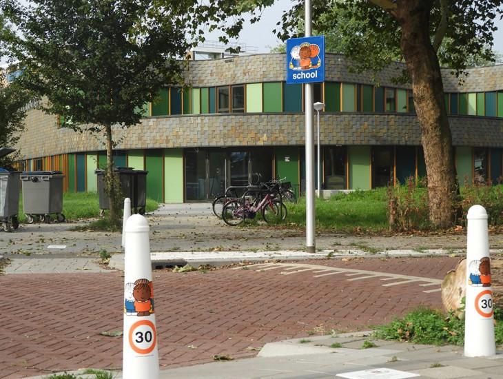 Amsterdammertje gesublimeerde afzetpaal met Dick Bruna van Nijntje afbeelding die voorkomt dat kinderen zo maar oversteken ook wel een wachtplek of punt om af te spreken met jonge kinderen