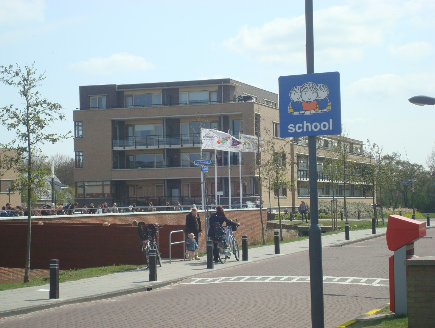 Verkeersbord voor veilige schoolomgeving met nijntje afbeelding van dick bruna in schoolzone rondom school om te wijzen waarschuwen attenderen op kinderen in het verkeer en zo het verkeersveiliger te maken waar auto hard rijden en kinderen zijn opletten