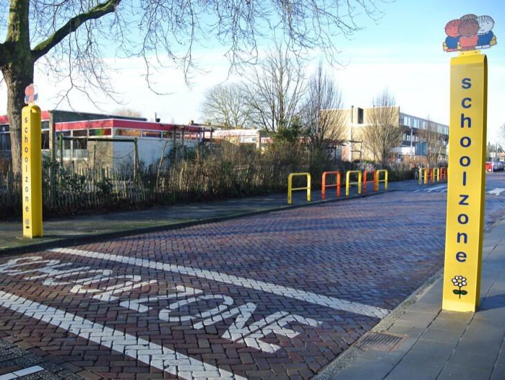 dick bruna attentiepaal schoolzone markering van Nijntje schoolgebied aangeven en kinderen veilig op straat verkeersveiligheid heel belangrijk