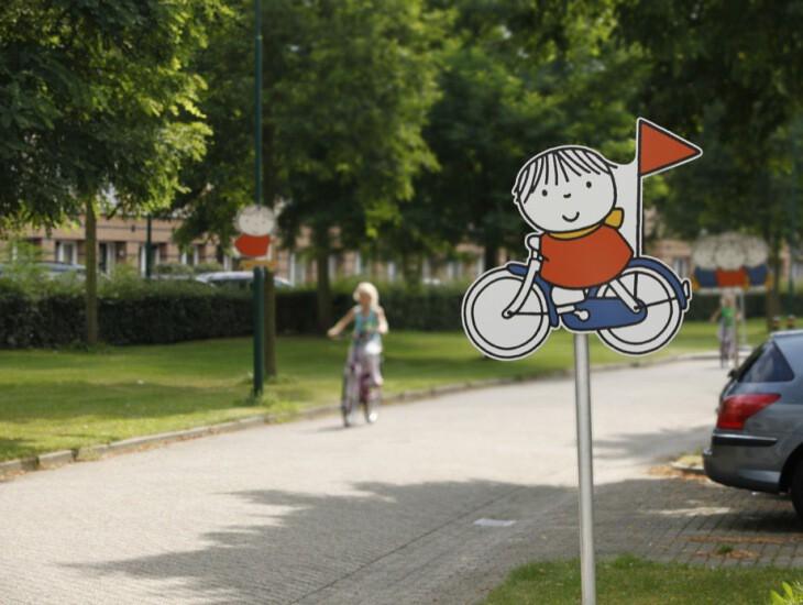 silhouetbord dick bruna van Nijntje verkeersbord niet officieel als aanvulling op bestaande borden voor meer verkeersveiligheid voor kinderen in woonwijk en schoolomgeving zoals schoolzone waar kids spelen en fietsen en voetballen