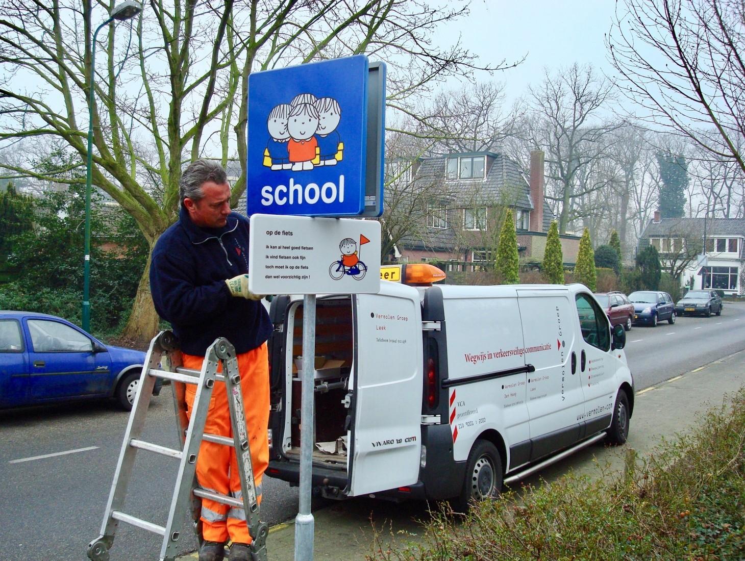 Leer in het Verkeer richt de verkeersveilige schoolzone of woonwijk voor u in. Als gemeente heeft u er geen omkijken naar!