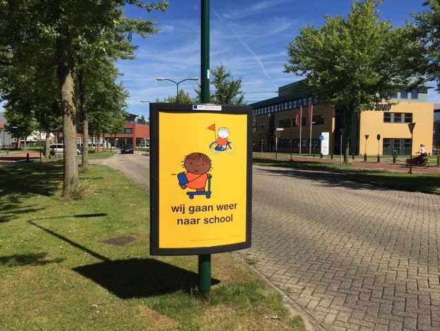 campagne wij gaan weer naar school start schooljaar kinderen veilig naar school verkeersveiligheid rondom scholen in schoolomgeving en schoolzone na de zomervakantie weggebruikers wijzen op meer kinderen op de weg om ongelukken te voorkomen en auto