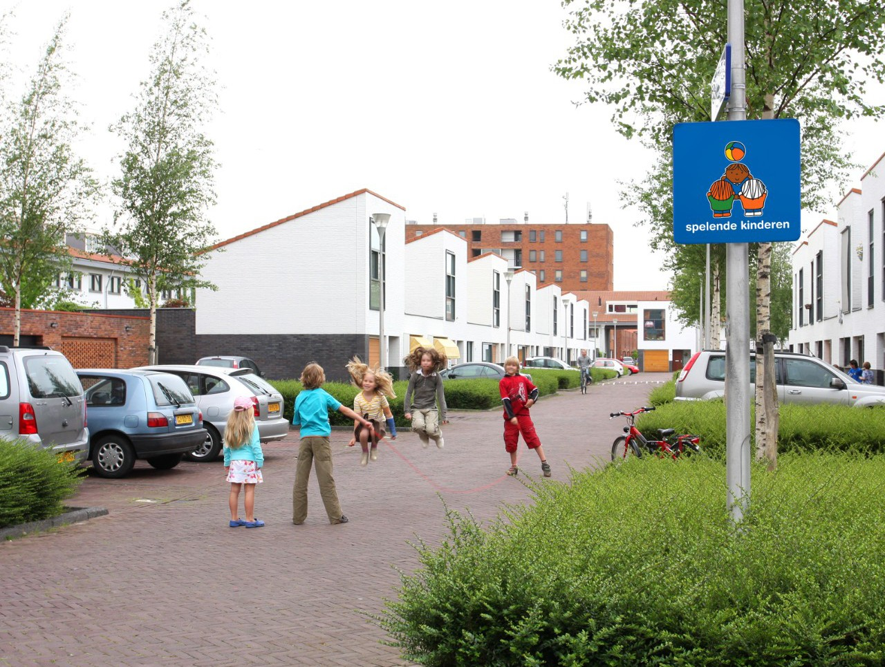 Een verkeersveilige woonomgeving en schoolomgeving met verkeersborden voor kinderen zoals peuters en kleuters die oversteken en automobilisten die opletten en bewust zijn van spelende kinderen in de omgeving van de wijk dick bruna van nijntje
